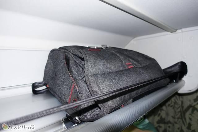 リュックやジャケットなどは荷物棚へ