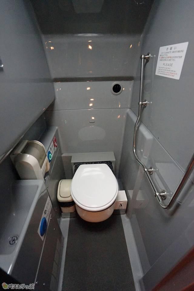 お手洗いは車内中央にあります
