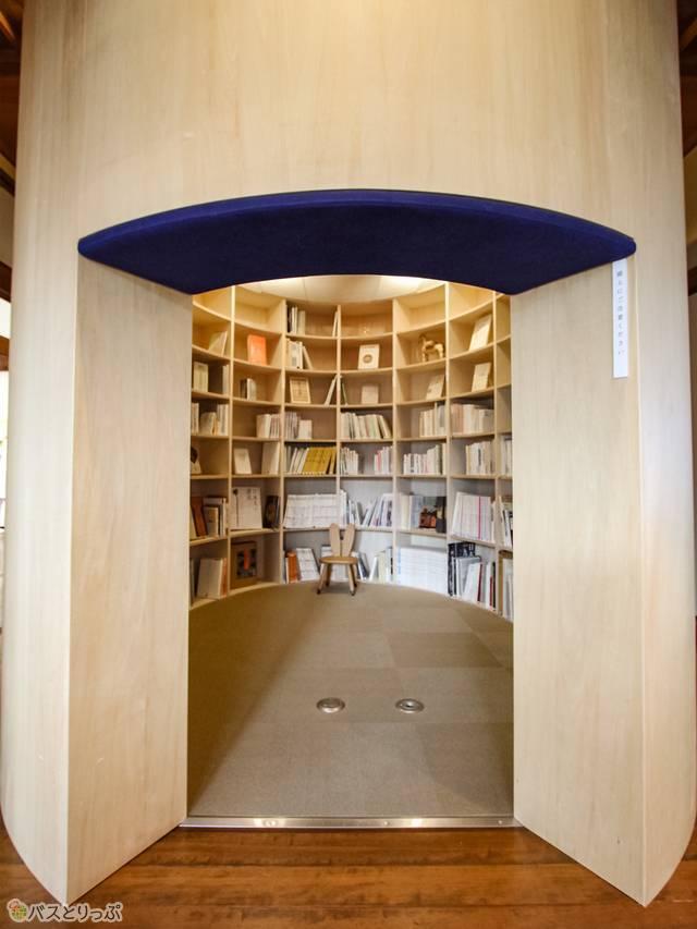 ぐるっと本で囲まれた読書室 現在は1000冊以上あるのだそう.jpg