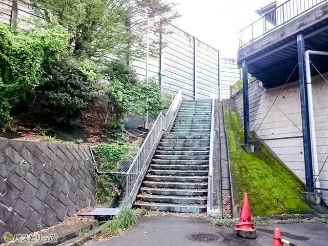 「東名江田」上り線バス停に上る階段