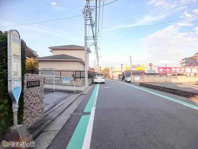 小倉谷戸バス停を直進