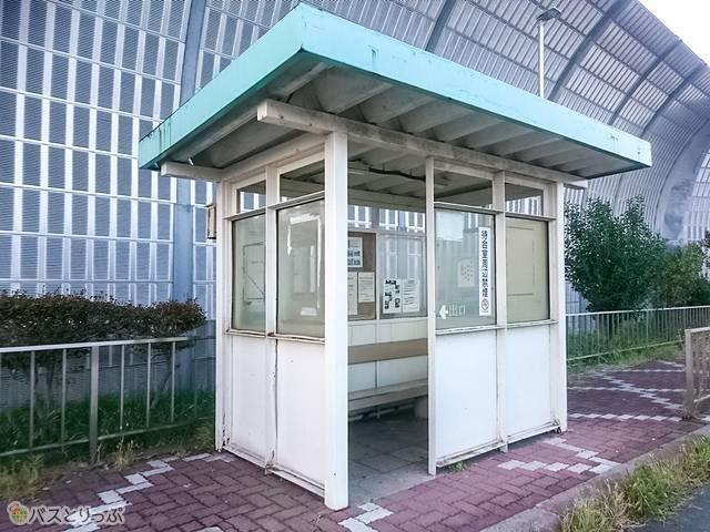 簡素なベンチが設置されている「東名江田」バス停の待合室
