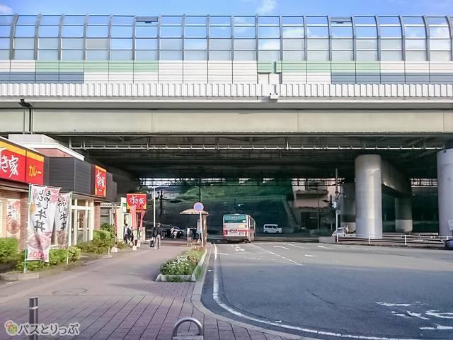 江田駅東口改札から厚木街道方面へ