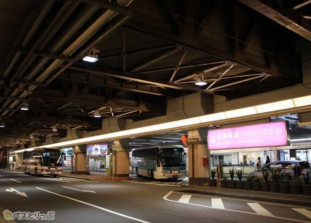 数多くの高速バスが発着する大阪梅田の阪急高速バスターミナル