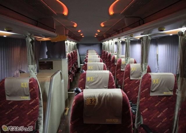 新潟交通「おけさ号」の車内。社名入りの赤を基調としたシートモケットが特徴