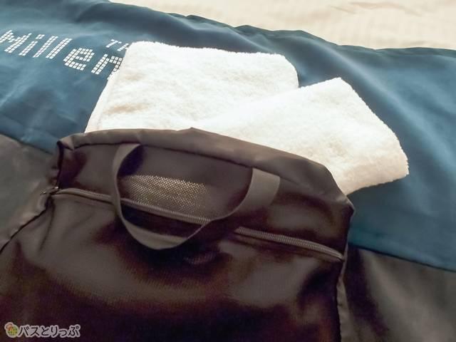 黒いバッグの中にバスタオルとフェイスタオルが入っている