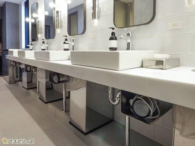 洗面台は各フロアに5台。すべての洗面台の下にドライヤーが収納されている