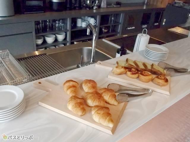 朝7時半から9時半まではパンを自由に食べられる