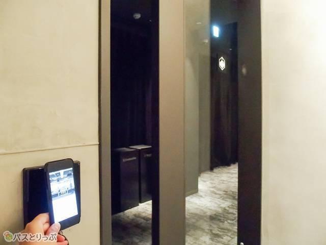 フロア入口のリーダーにiPod touchをかざして入館する