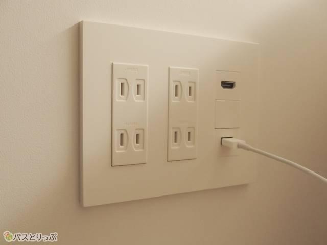 ベッド横にはコンセントが4つ。iPod touch充電用のケーブルは最初からついている