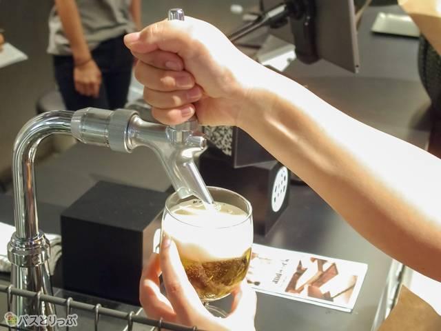 カウンター横のビールサーバーからセルフサービスで入れる