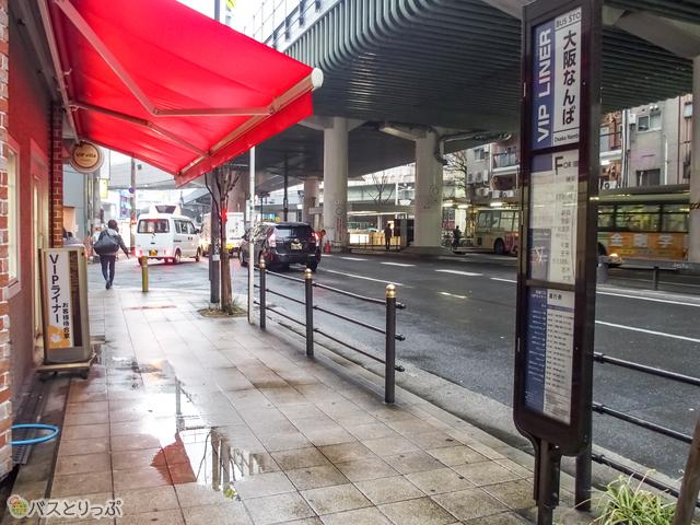 なんば駅7番出口から進むと、左手にVIPヴィラなんばが見える.JPG