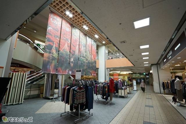 地下1階から2階まで食料品から衣服、雑貨が並びます