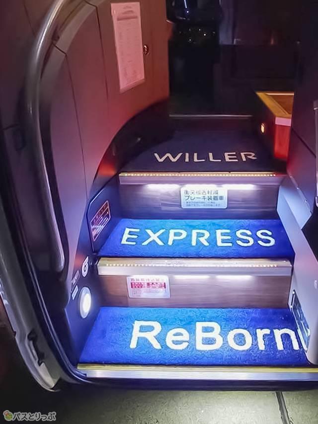 乗降口にも「WILLER EXPRESS ReBorn」の文字