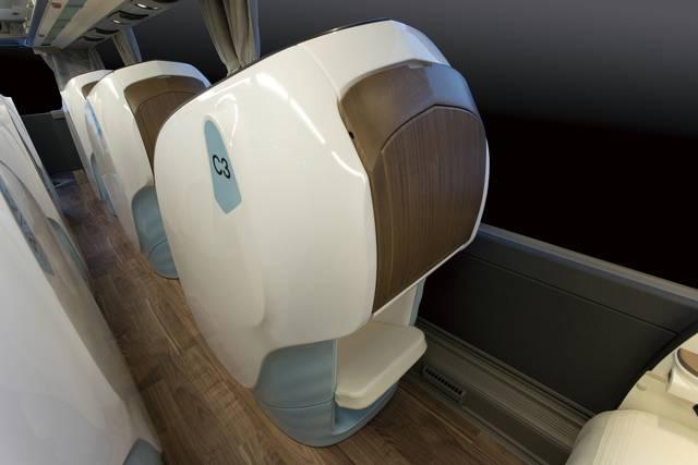 前の座席のリクライニングが影響しないのは、シェル型シートならではの良さ