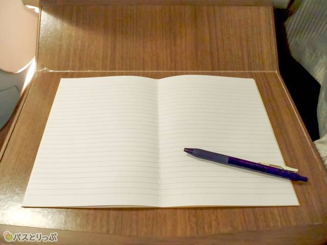 テーブルにA5サイズのノートを広げた状態