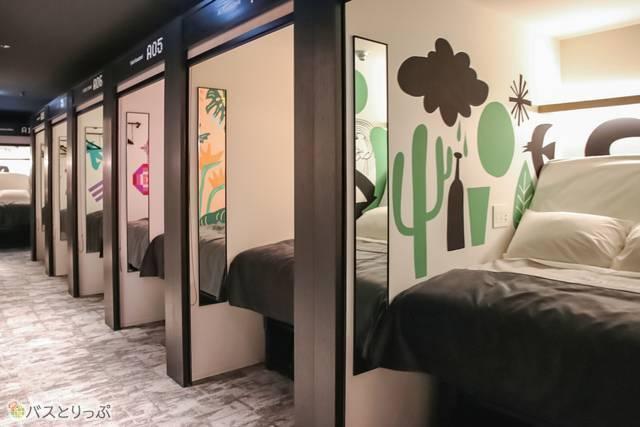 鏡に反射した壁画がそれぞれ個性的。カラフルな客室での休息も、非日常を味わう貴重な体験になりそう