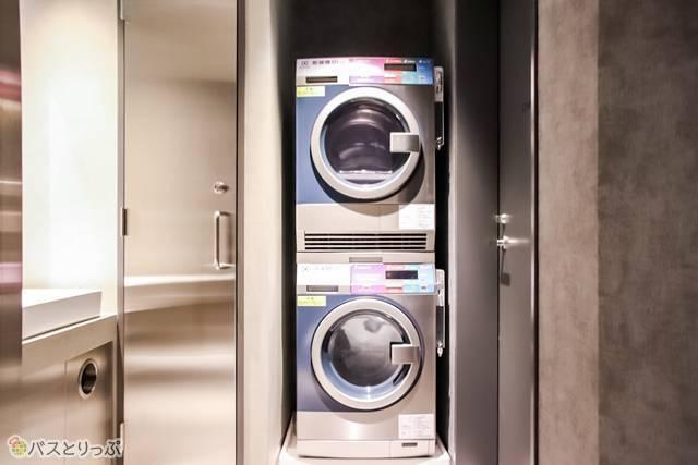 コインランドリーは、フロアごとに洗濯乾燥機が各1台ずつ設置されている