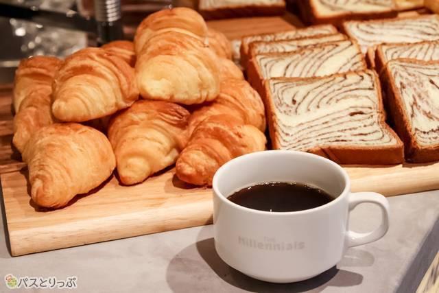 朝食は数種類のパンが出てくる