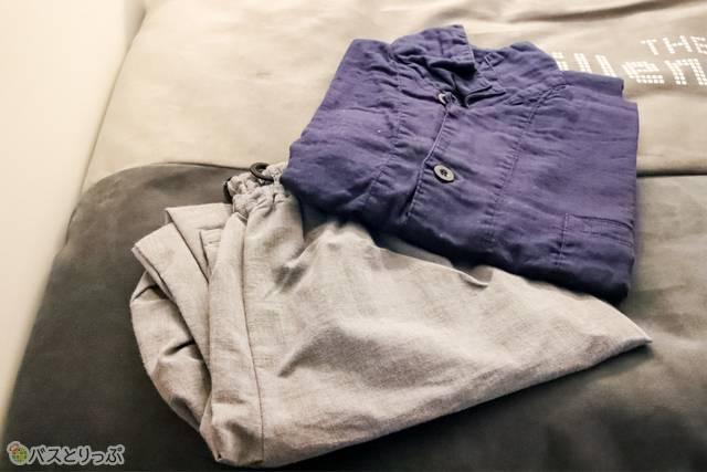 室内着はシャツ型のトップスとパンツの組み合わせ。トップスは紺の他に白もある