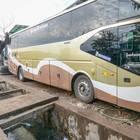 建物と水路の狭い間に駐車しているバス