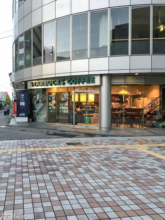 宮城野通りとバス停の角にあるスターバックス