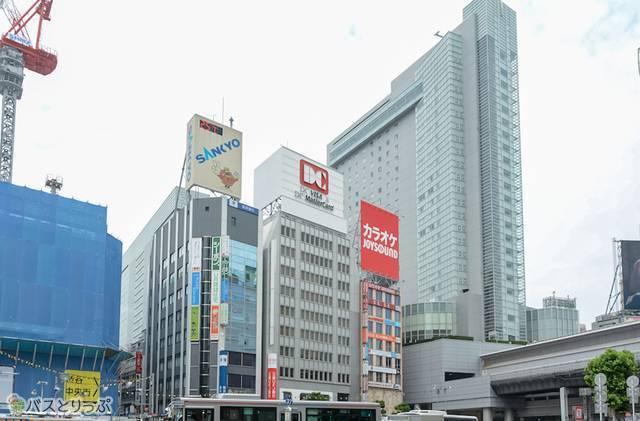 渋谷駅西口から見た渋谷マークシティ。奥の一番高いビル