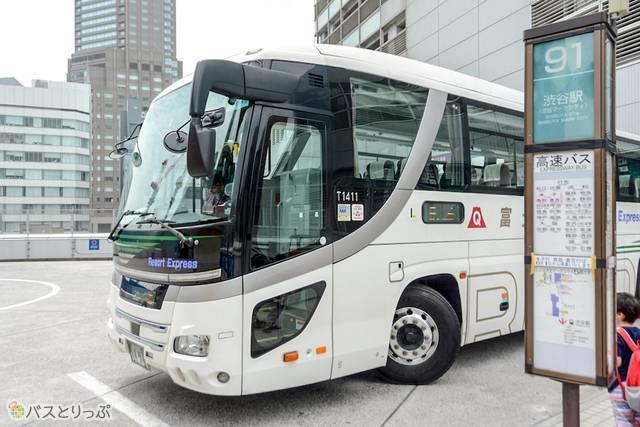 乗り場に入ってきた富士急行バスの高速バス