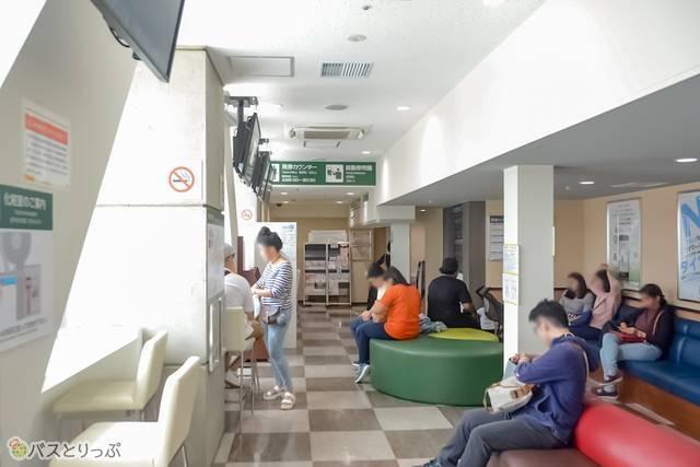 バスターミナルには待合室も。電源コンセントもある