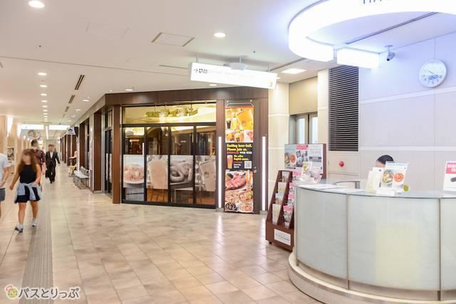 4階のインフォメーションと銀座ライオンの間に5階バスターミナルに行ける階段がある
