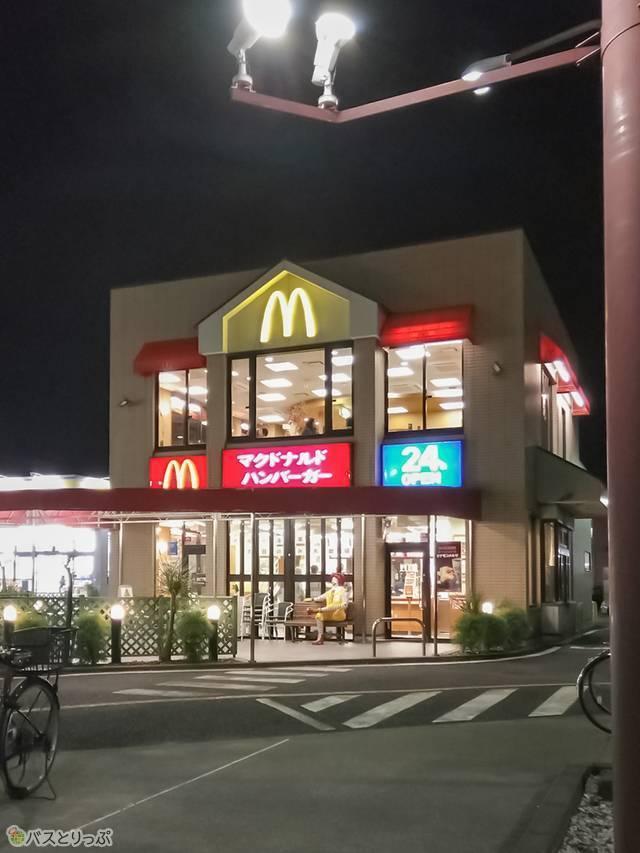 ゲストハウスを出ですぐの交差点を右手に進むと24時間営業の「マクドナルド」。そしてその先には「マツモトキヨシ」