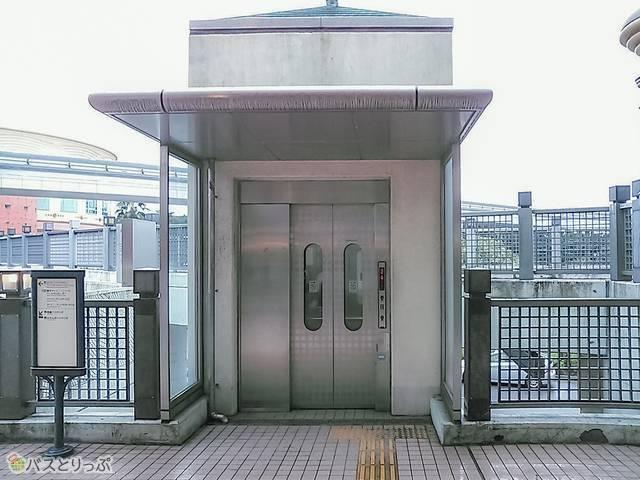 ちなみに、キャリーなどがあって階段利用が難しい人は、南口を出て左手斜めに進むとエレベーターがあります