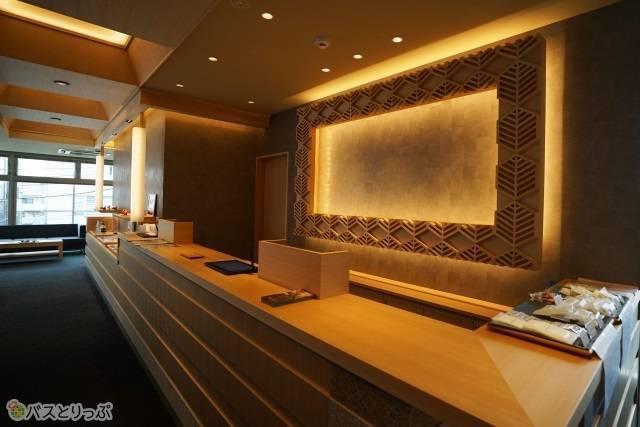 「奈良の森ホテル」ホテルと変わらない明るいフロント