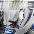 プライベートカーテンで席を仕切れば個別席に! 窓際席にはハンガーあり