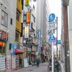 曲がってすぐの上野駅郵便局までの路地