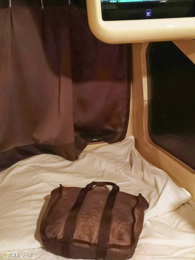 フロントでもらった館内着とタオルが入ったバッグ
