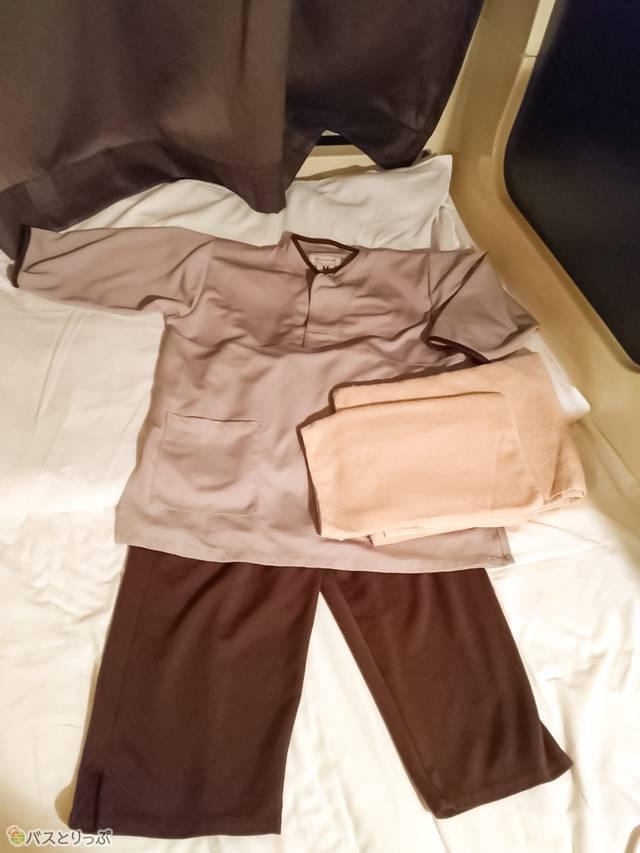 バッグに入っている館内着とタオル。ポケットは上着にひとつ