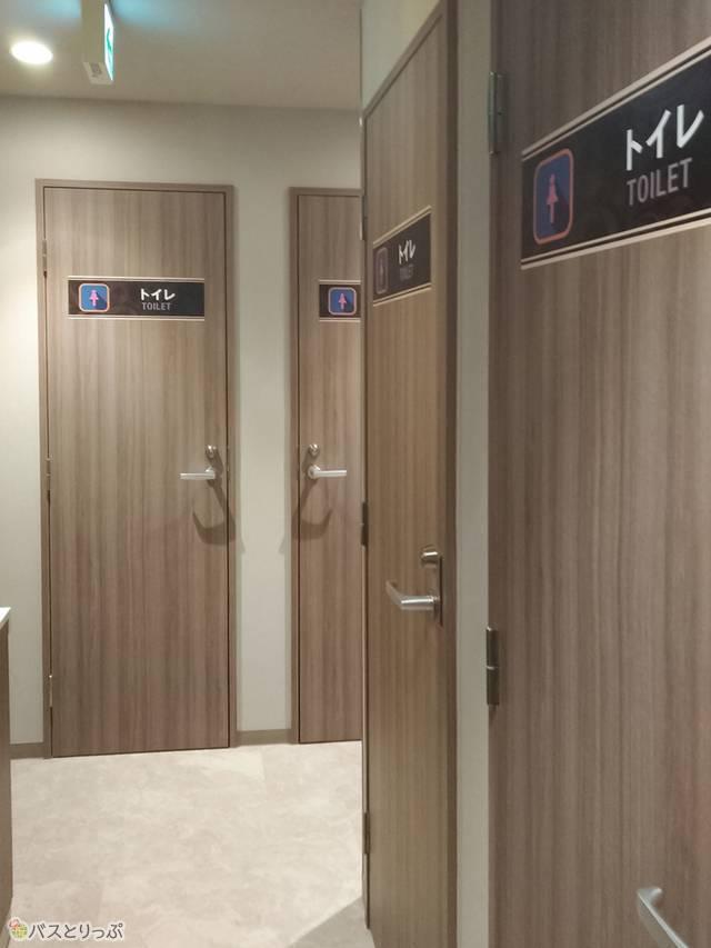 手前にトイレ8室
