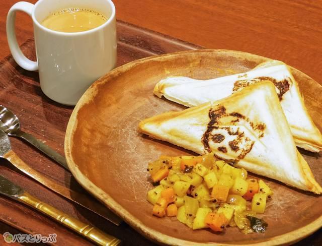「パンダホットサンド」はキーマカレーとチーズのホットサンドと付け合わせのセット