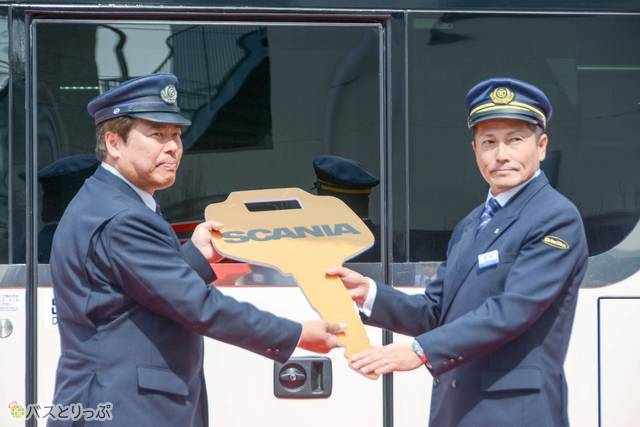 営業所長から乗務員へ鍵の贈呈