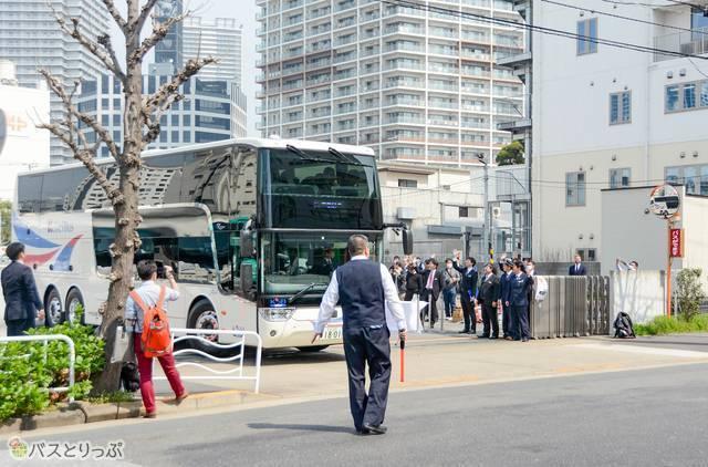 京成バスの皆さんに見送られながら東雲車庫を出発