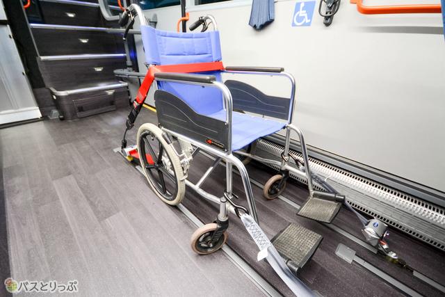 2種のベルトで車椅子をしっかり固定できる