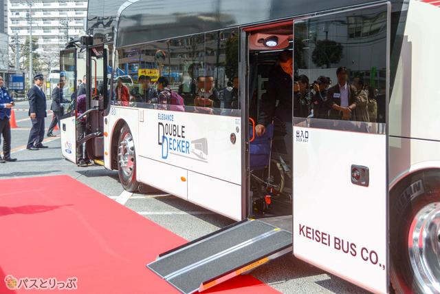 可搬式スロープで、ノンステップバスに近いスムーズな車椅子の乗り降りが可能