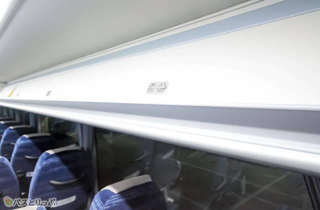 席上部のくぼみは立ち上がる時のグリップになって便利