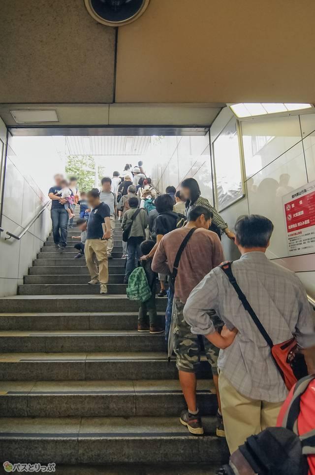 臨時バス停留所では長蛇の列