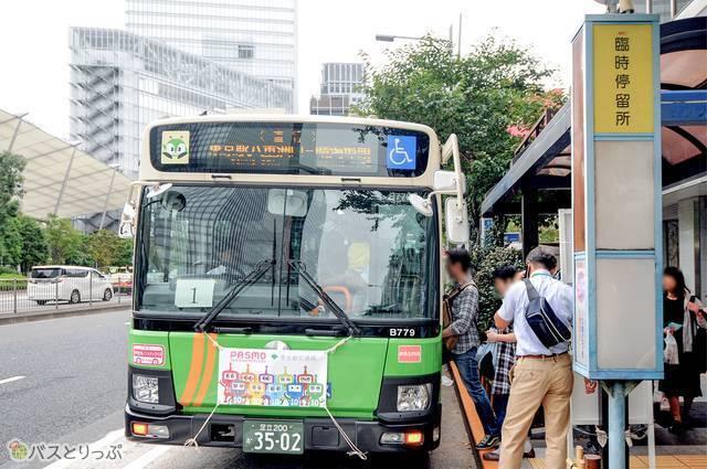 東京駅八重洲口に設置されたバスまつり会場に直通する臨時バス停留所の様子