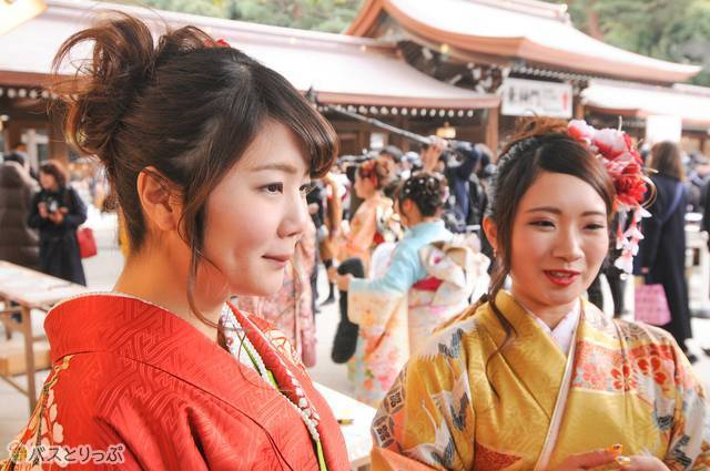 観光客が増える東京のバスガイドとしてしっかり案内したいと語る新成人の2人