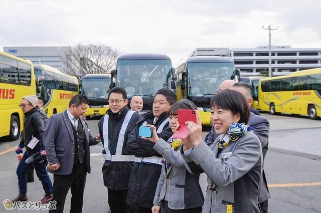 後輩の晴れ姿に思わず笑みがこぼれる、はとバスの先輩社員たち