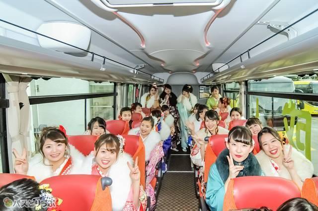 バスに乗り、参拝先の明治神宮へ向かう一同