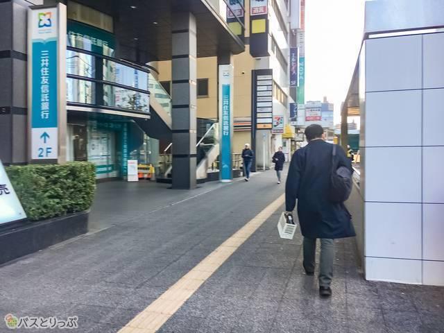 直進し続けたら、三井住友信託銀行の看板が見えてくる